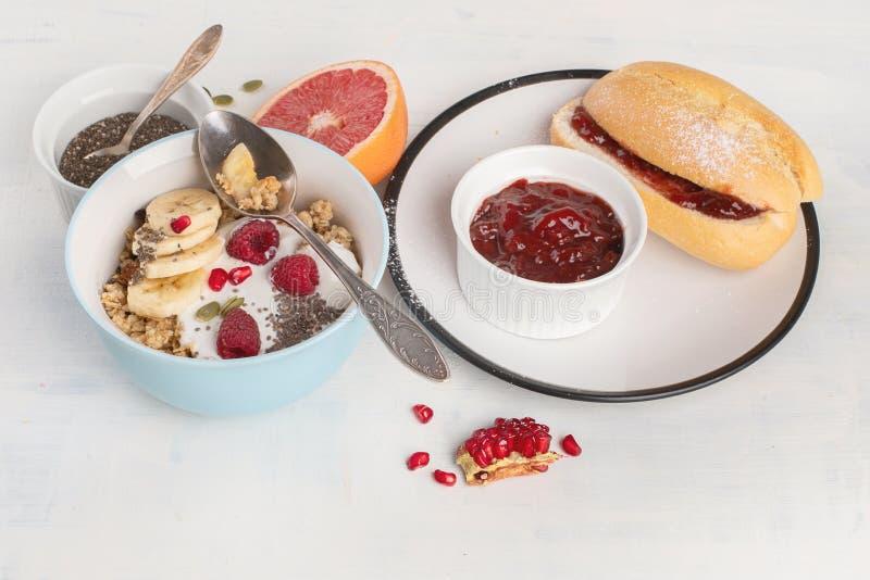Kom van granola met yoghurt en verse bessen royalty-vrije stock fotografie