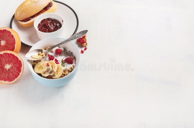 Kom van granola met yoghurt en verse bessen royalty-vrije stock afbeeldingen