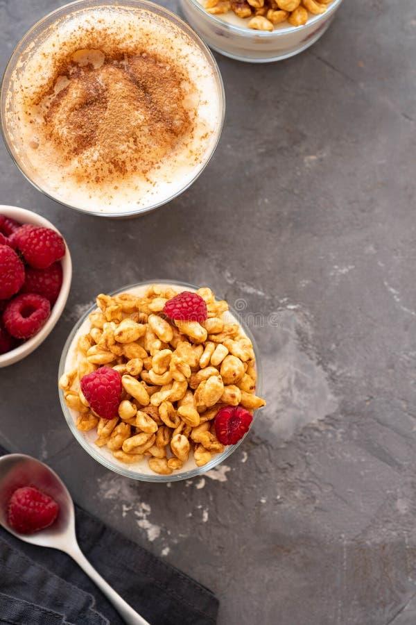 Kom van granola met yoghurt en verse bessen op zwarte achtergrond van hoogste mening De gezonde ruimte van het ontbijtexemplaar stock foto