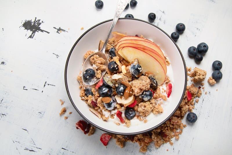 Kom van granola met yoghurt en verse vruchten stock fotografie