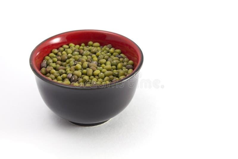 Kom van groene mung bonen stock foto's