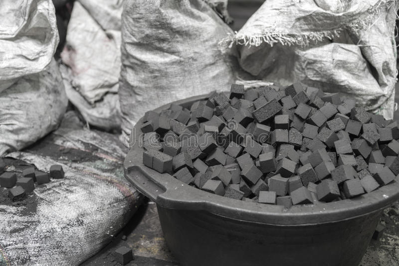 Kom van houtskoolkubussen voor waterpijp stock afbeelding