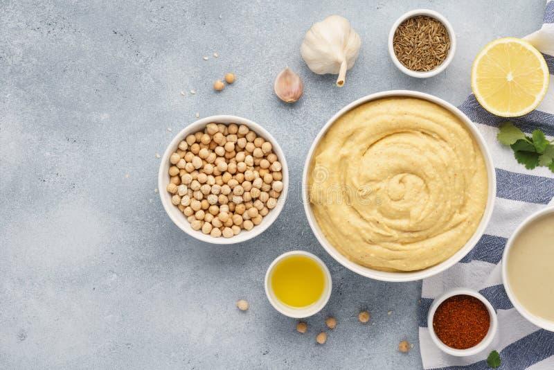 Kom van hummus en ingrediënten voor het koken royalty-vrije stock afbeeldingen