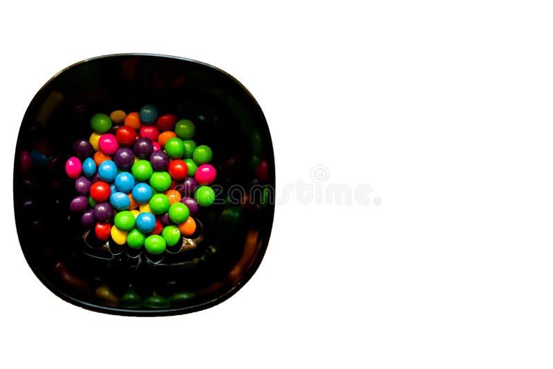 Kom van kleurrijk suikergoed op witte achtergrond met exemplaarruimte royalty-vrije stock foto