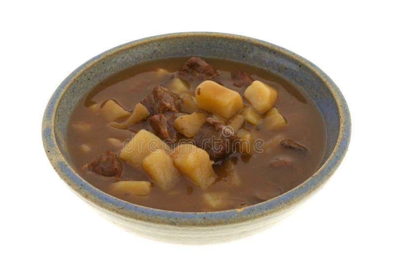 Kom van lapje vlees en aardappelshutspot op een witte achtergrond stock foto's