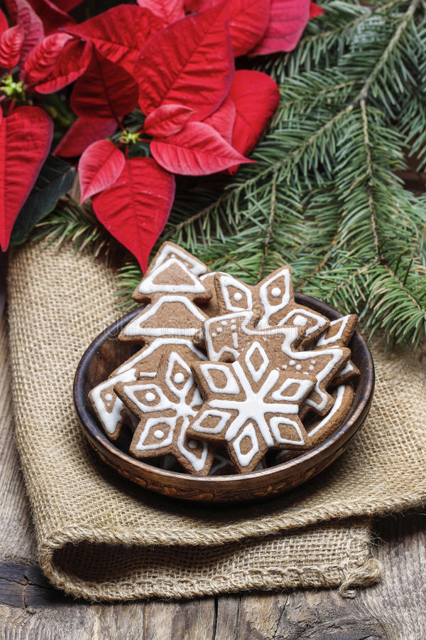 Kom van peperkoekkoekjes. Kerstmisstemming stock fotografie