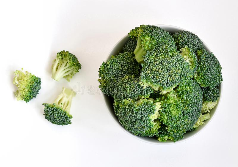 Kom van ruwe broccolispruiten royalty-vrije stock afbeeldingen