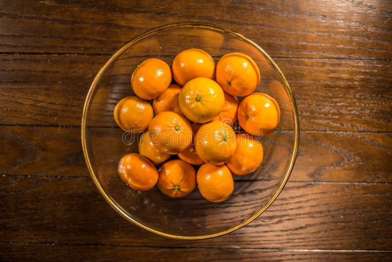Kom van sinaasappelen op houten lijst royalty-vrije stock fotografie