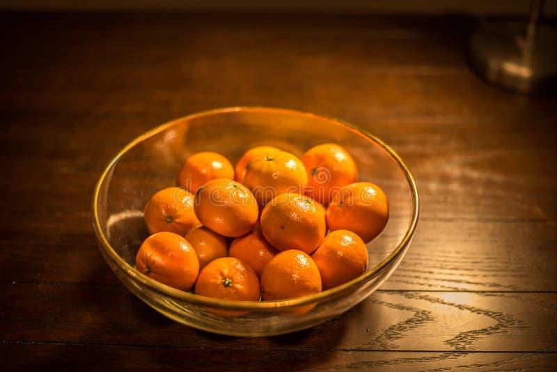 Kom van sinaasappelen op houten lijst royalty-vrije stock afbeeldingen