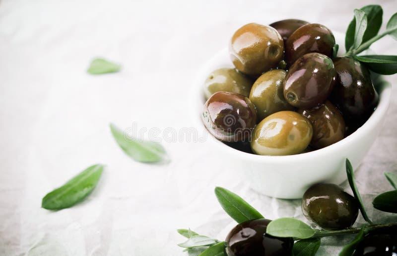 Kom van verse olijven met copyspace royalty-vrije stock foto