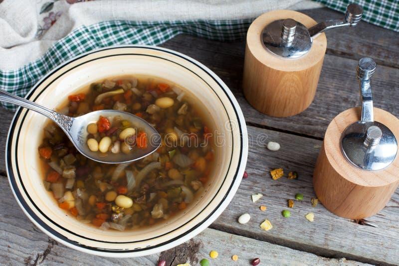 Kom Vegetarische boon en linzesoep stock foto