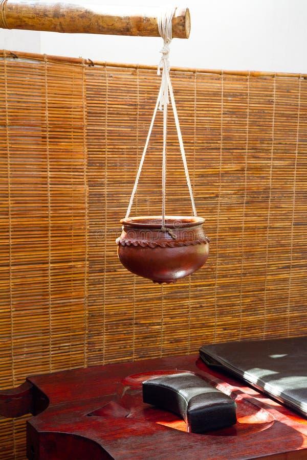 Kom voor olie en massagelijst voor ayurvedic behandelingen stock foto