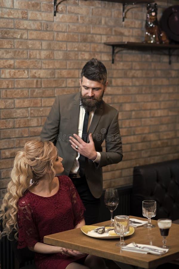 Kom, voorstel en verjaardag samen Valentijnskaartendag met sexy vrouw en de gebaarde mens Het paar in liefde komt bij restaurant  royalty-vrije stock afbeelding