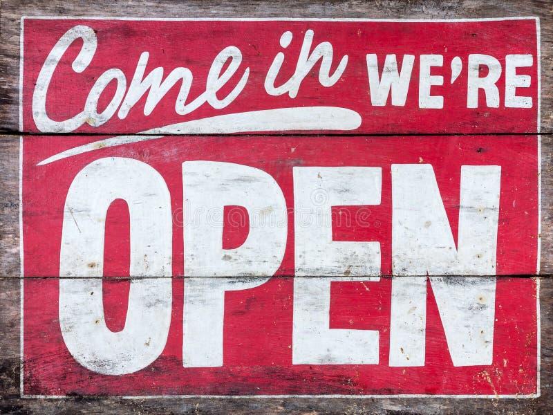 Kom in wij ` aangaande OPEN - met de hand geschilderd teken op houten, oud Geen Achtergrond stock afbeelding