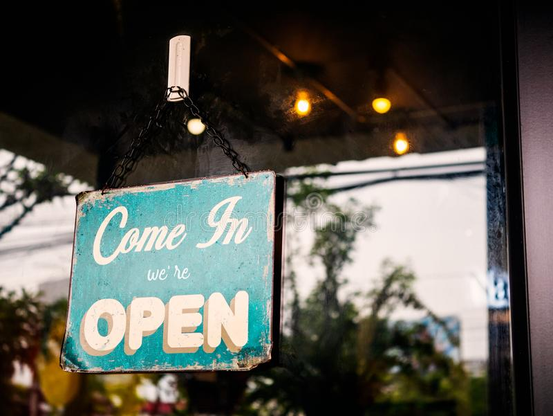 Kom in wij ` aangaande Open teken op deur van koffiewinkel royalty-vrije stock foto