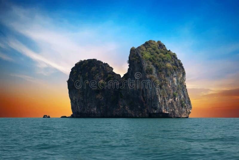 Koma eiland, voor Ko Ngai bij zonsondergang Ko Lanta, Thailand stock foto