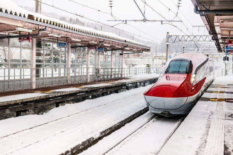 Komachi toppna uttryckliga Shinkansen i vinter på arkivbilder