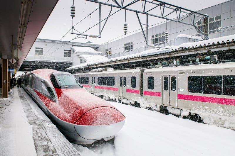 Komachi toppna uttryckliga Shinkansen i vinter på den Akita stationen, Jap royaltyfri bild