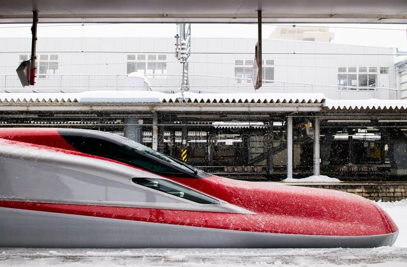 Komachi toppna uttryckliga Shinkansen i vinter på den Akita stationen, Jap royaltyfria foton