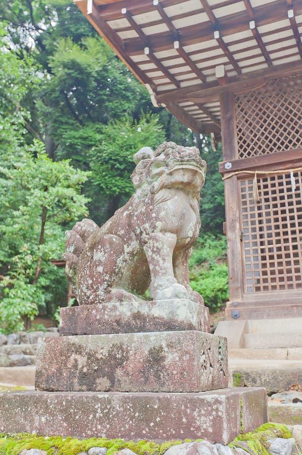 Komainu lejon-hund staty i Ujigami Shintorelikskrin i Uji, Japan royaltyfria foton