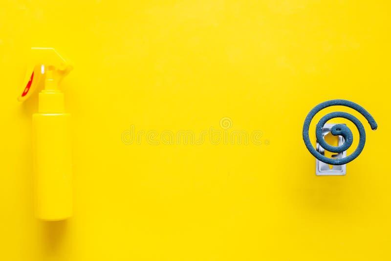 Komarów ochraniacze Jednostka dla otwartej przestrzeni i Zielona spirala i kiść na żółtej tło odgórnego widoku kopii przestrzeni obrazy stock