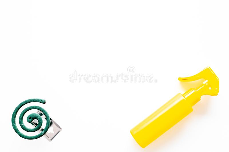 Komarów ochraniacze Jednostka dla otwartej przestrzeni i Zielona spirala i kiść na białej tło odgórnego widoku kopii przestrzeni zdjęcia stock