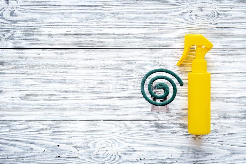 Komarów ochraniacze Jednostka dla otwartej przestrzeni i Zielona spirala i kiść na popielatej drewnianej tło odgórnego widoku prz zdjęcia royalty free