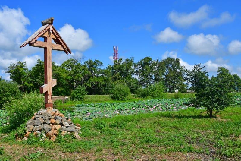 Komarov Lotus und orthodoxes Kreuz im Dorf von Novogordeevka Anuchinsky-Bezirk, Primorsky Krai lizenzfreie stockfotografie