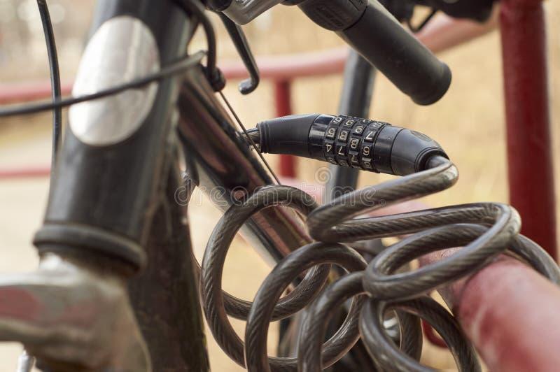 Kombinaci ochrony kędziorka blokingu bicykl w ulicie fotografia royalty free