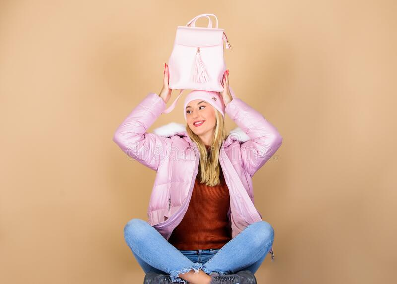 Kombination av anbud Matchande tillbehör Fashion-tillbehör En vacker modell som visar hennes snygga läderryggsäck royaltyfri bild