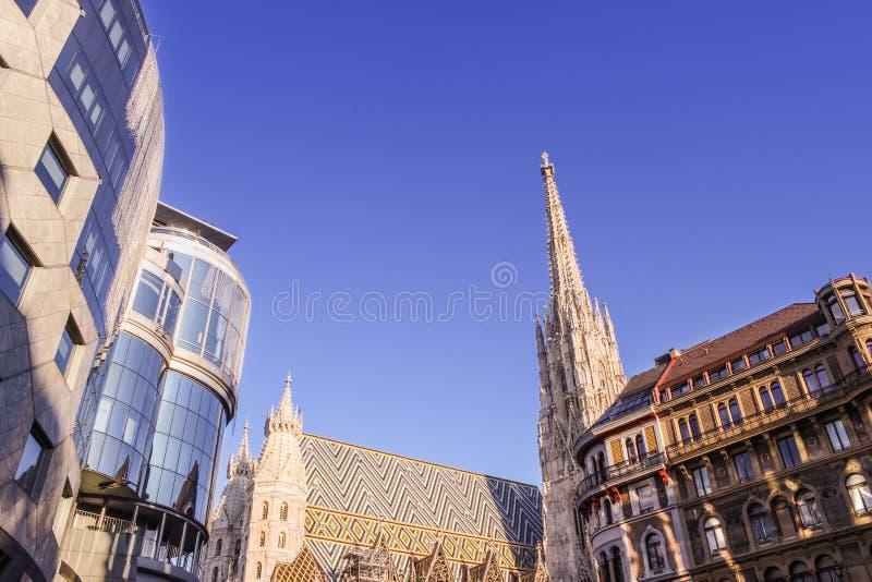 Kombination av gammal och ny arkitektur i Wien royaltyfria bilder