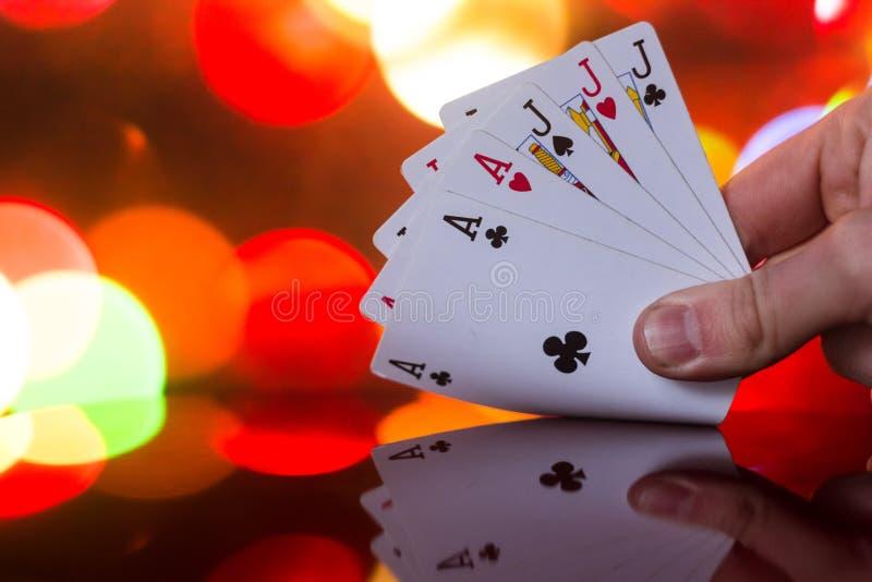 Kombination för utsåltpokerkort på det suddiga kortspelet för förmögenhet för bakgrundskasinolycka arkivbilder