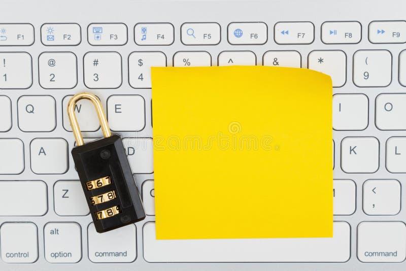 Kombinationslås på ett tangentbord med en klibbig anmärkning fotografering för bildbyråer