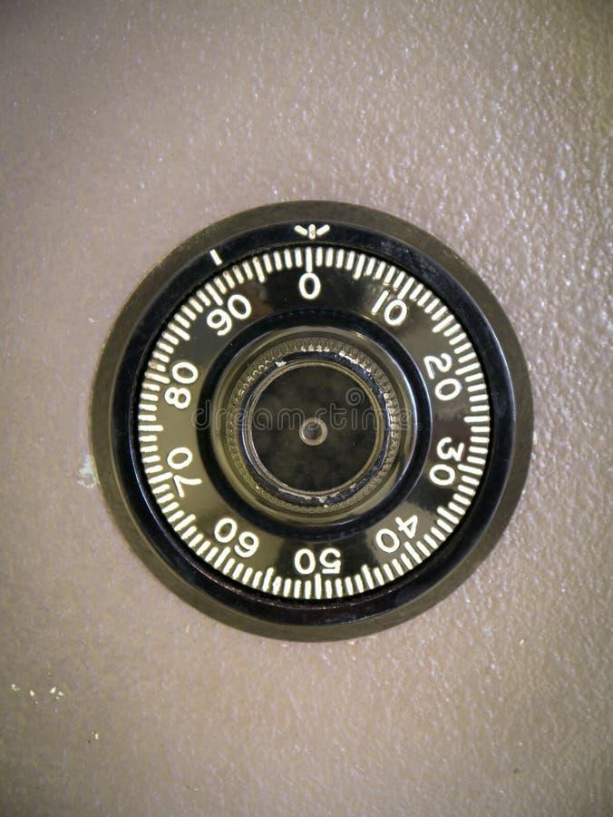 Kombinationslås på safen arkivbild