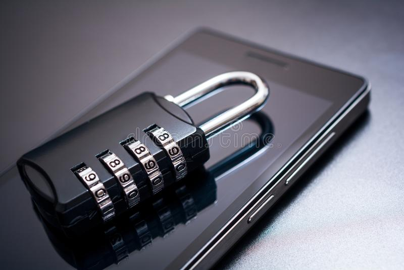 Kombinationsschloß, das an einem Handy - APP-Sicherheits-Konzept liegt lizenzfreie stockbilder