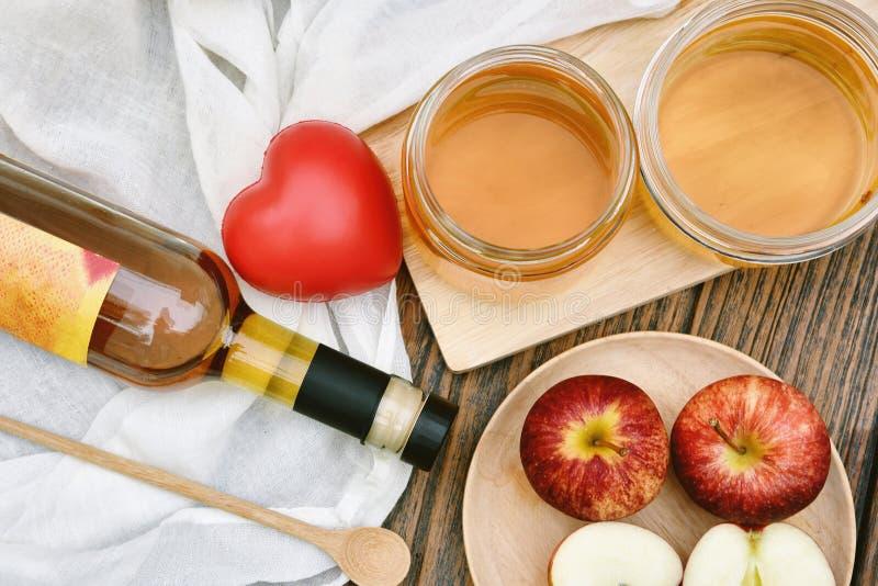 Kombuchathee en rood hart, Scoby en de vergiste drank van het appelfruit stock foto