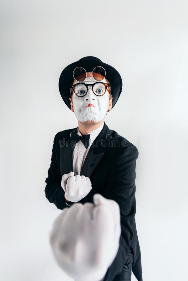 Komedifarskonstnär i exponeringsglas och makeupmaskering arkivfoto