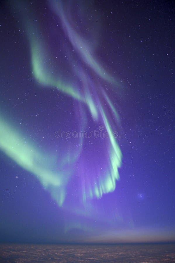 Komeet en noordelijke lichten stock afbeelding