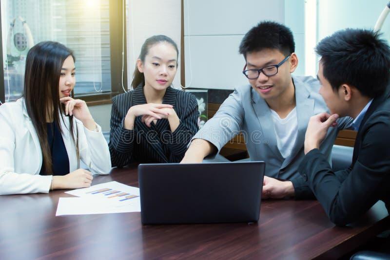 Komen de Aziatische bedrijfsmensen in een ruimte samen stock afbeeldingen