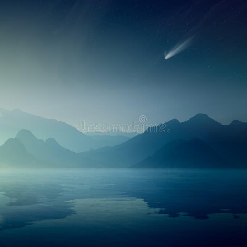Komet och stjärnor i mörker - blå himmel, konturer av berg royaltyfri bild