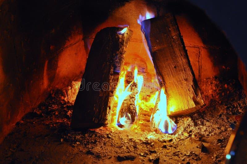 Komfort för värme för kol för vedträ för spisbrandflamma royaltyfri foto