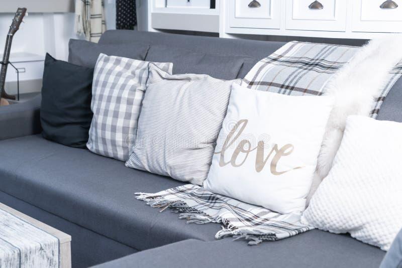 Komfortkissen auf Sofa lizenzfreie stockfotografie