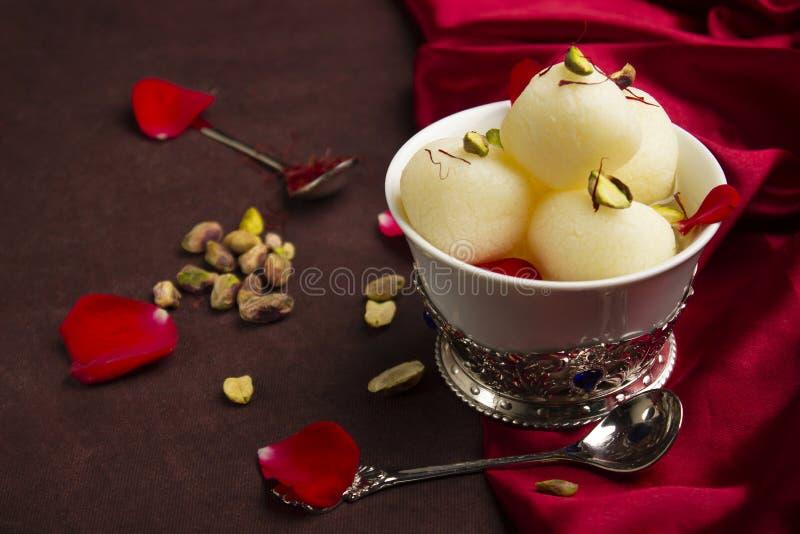Komhoogtepunt met Rasgulla en pistaches, een bovenkant van de voedsellijst, Pune, India royalty-vrije stock afbeeldingen