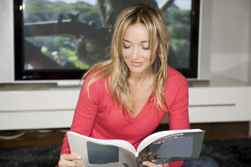 komiczki mieszkanie jej czytanie fotografia stock