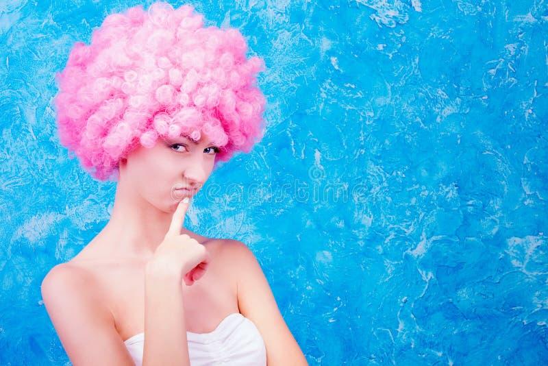 Komiczna dziewczyna z różową peruką fotografia stock