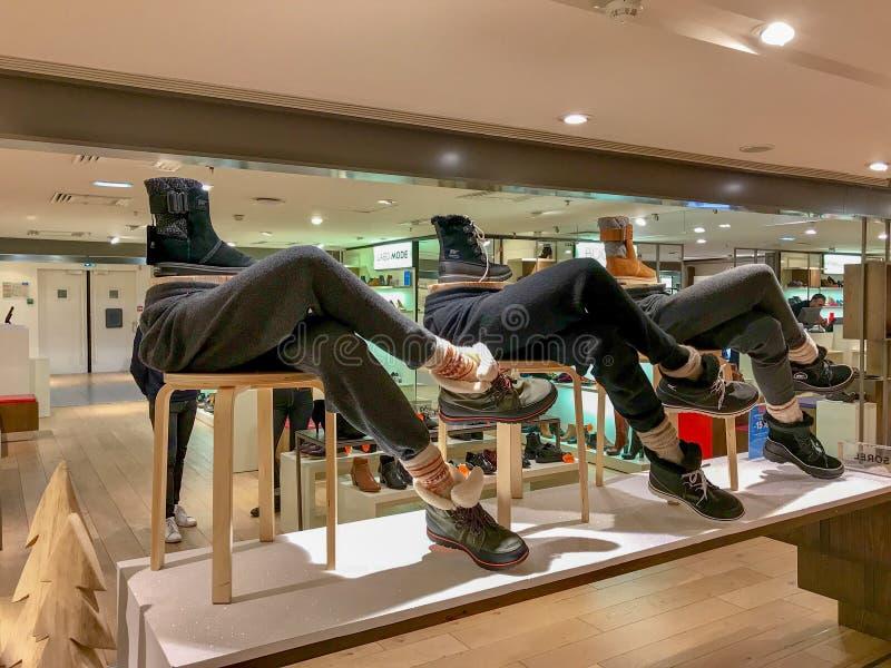 Komiczny buta i buta pokaz w Galeries Lafayette obrazy stock