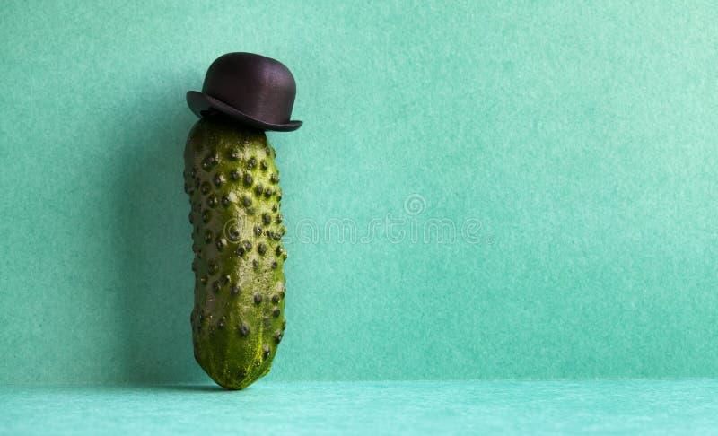 Komiczny mister ogórek na zielonym tle Śmieszny jarzynowy staromodny charakter z czarnym dęciaka kapeluszem kreatywnie zdjęcie stock