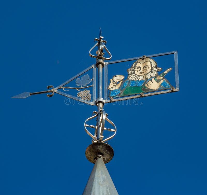 Komiczny wiatrowy vane na górze wino sklepu w Bernkastel obraz stock