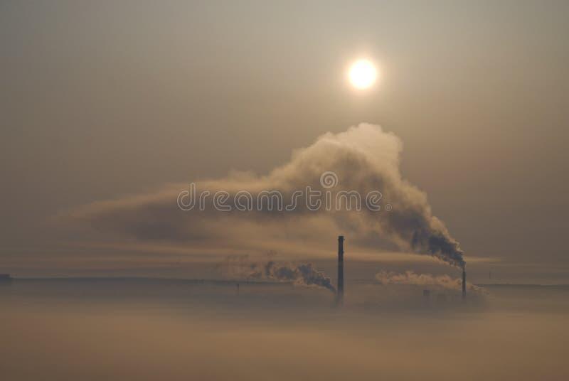 kominów miasto zakrywający smog fotografia royalty free