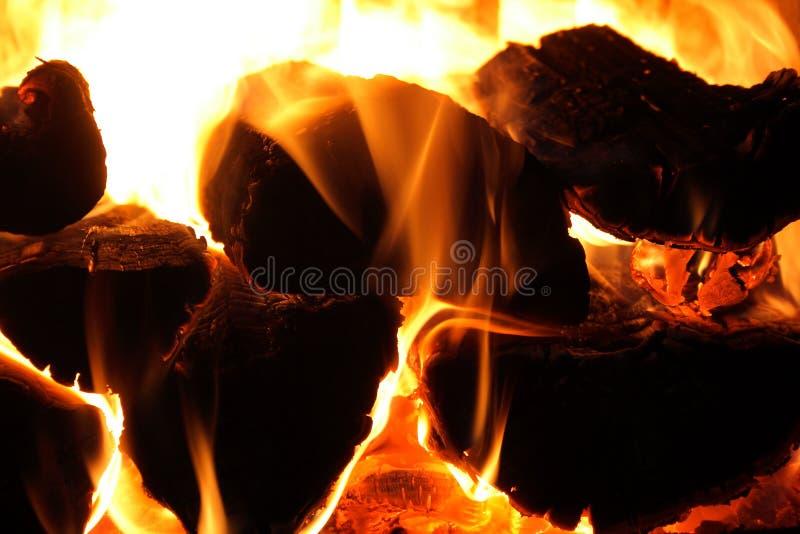 kominek lśnią kłody drewna zdjęcie stock